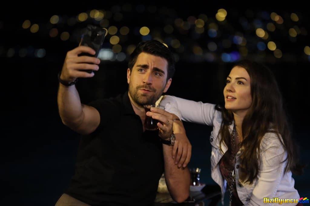 Afili Aşk dizisi başrolleri selfi yaptı