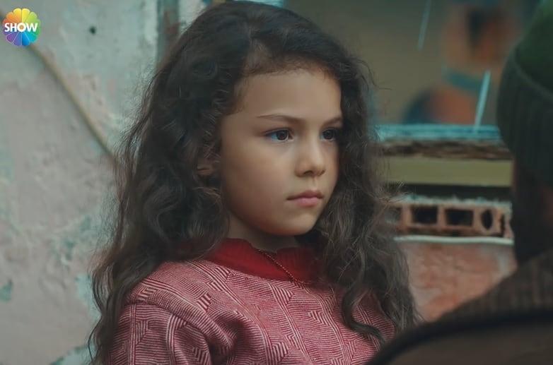 Aylin Akpınar Adanın çocukluk yıllarını canlandıran kız çocuğu