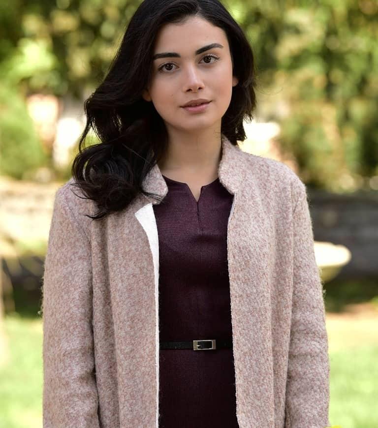 Yemin Reyhan'ın Giydiği uzun palto kıyafet