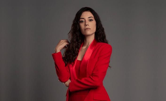 Ferhat ile Şirin Banu kırmızı ceket pantolon