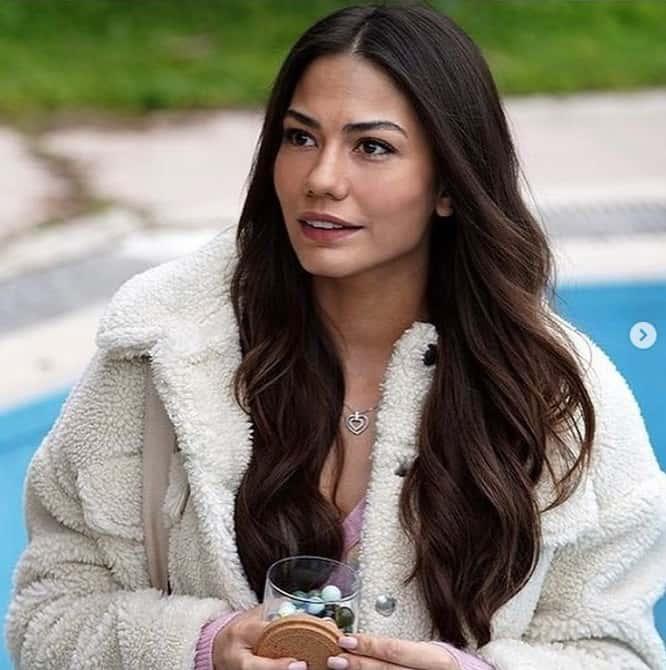13 Ocak Doğduğun Ev Kaderindir dizisinde Zeynep'in giydiği Kürk ceketi pullandbear