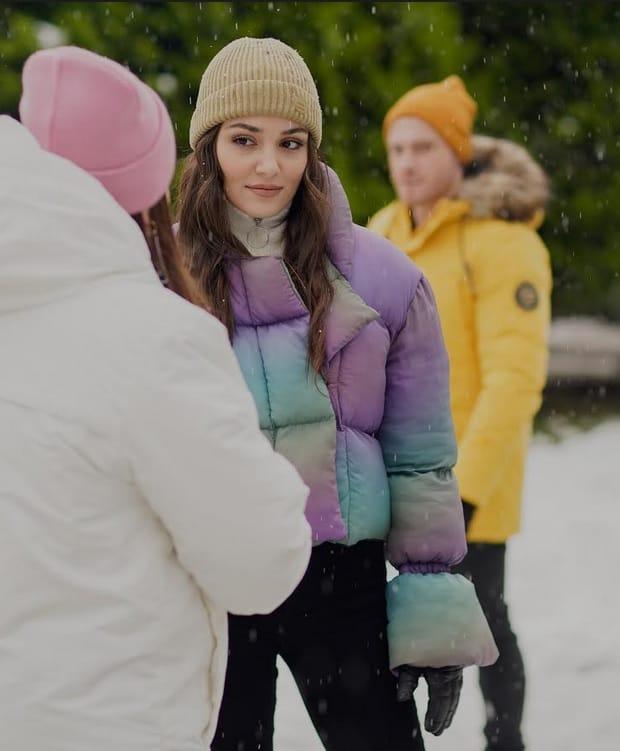 20 Şubat Sen Çal Kapımı Eda'nın giydiği renkli mont bere