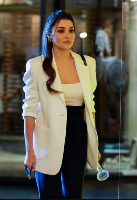 30 Ocak Sen Cal Kapimi Eda'nin giydigi Beyaz ceket takim