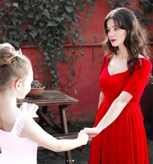 12 Şubat Kırmızı Oda Nazlı'nın giydiği kırmızı elbise