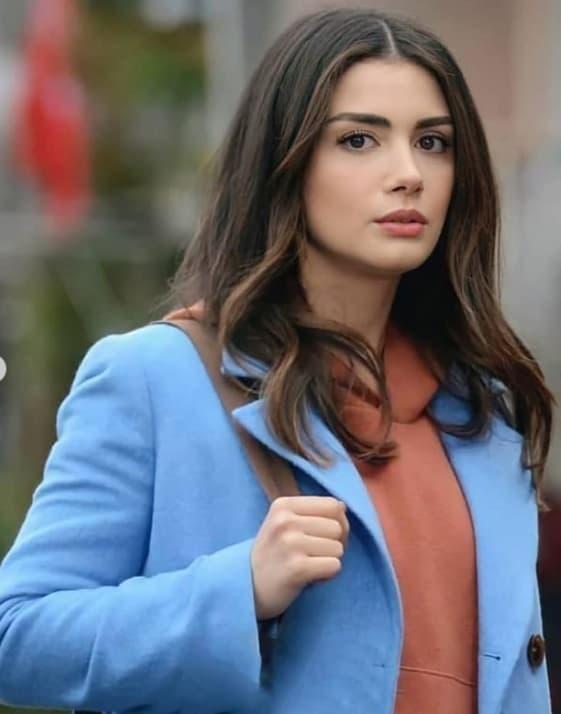14 Ocak Sol Yanım dizisi Serranın giydiği mavi kaban zara marka