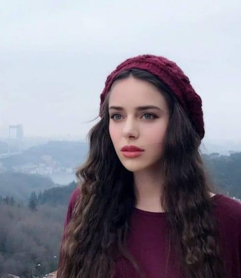 Zeynep Elçin Eşkıya dizisinde Pınar rolünde