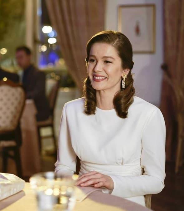 Camdaki Kız Nalanın tanışma yemeğinde giydiği beyaz elbise