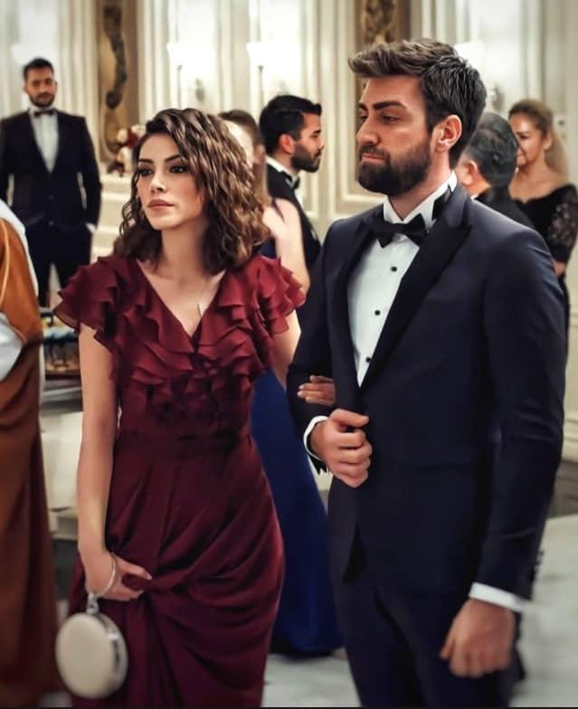 Teşkilat dizisi Zehra'nın bordo renkli elbisesi